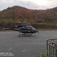 Hélicoptère posé sur le parking à Laroque
