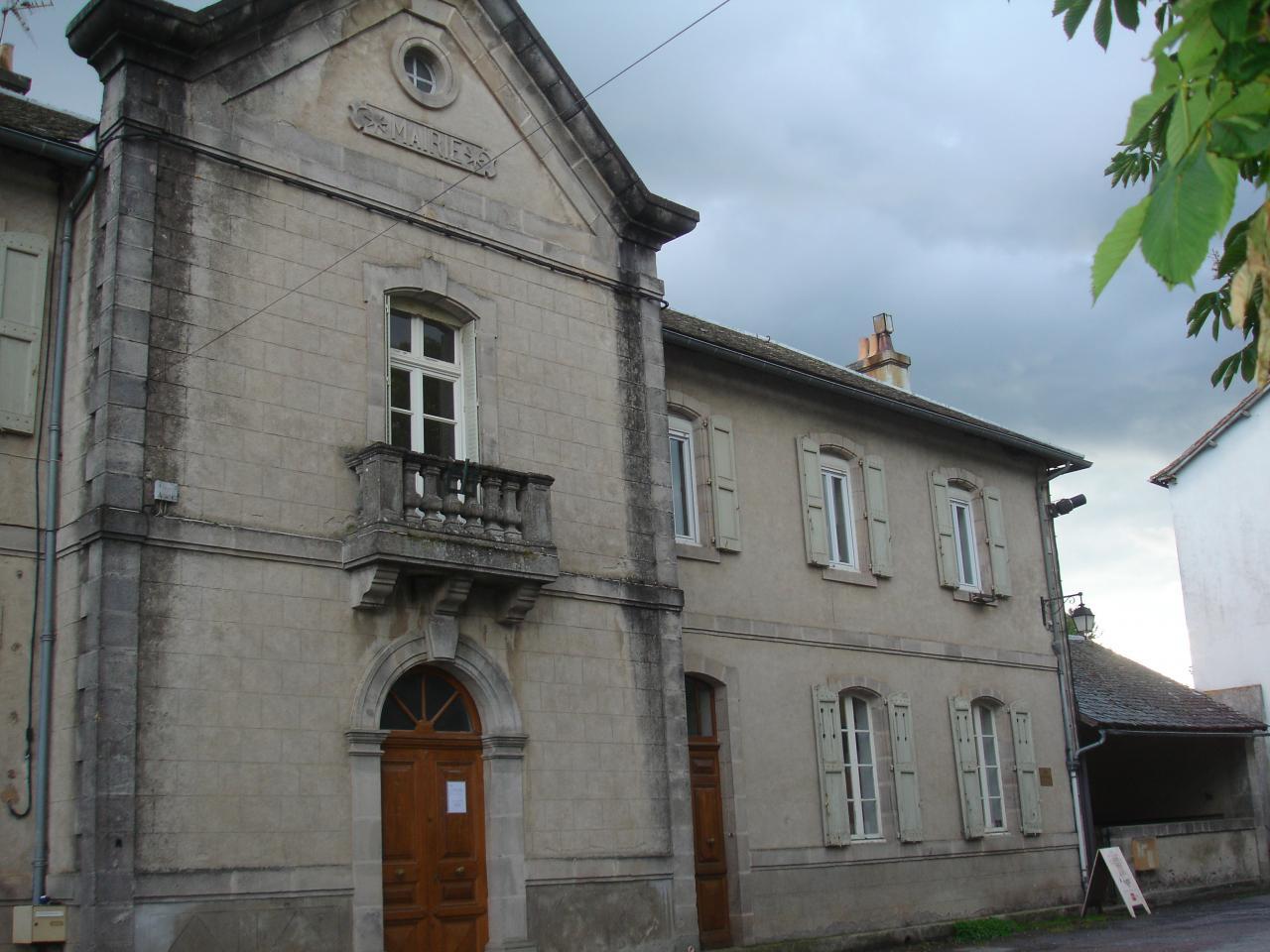 La mairie et l'école des grands à FAYET