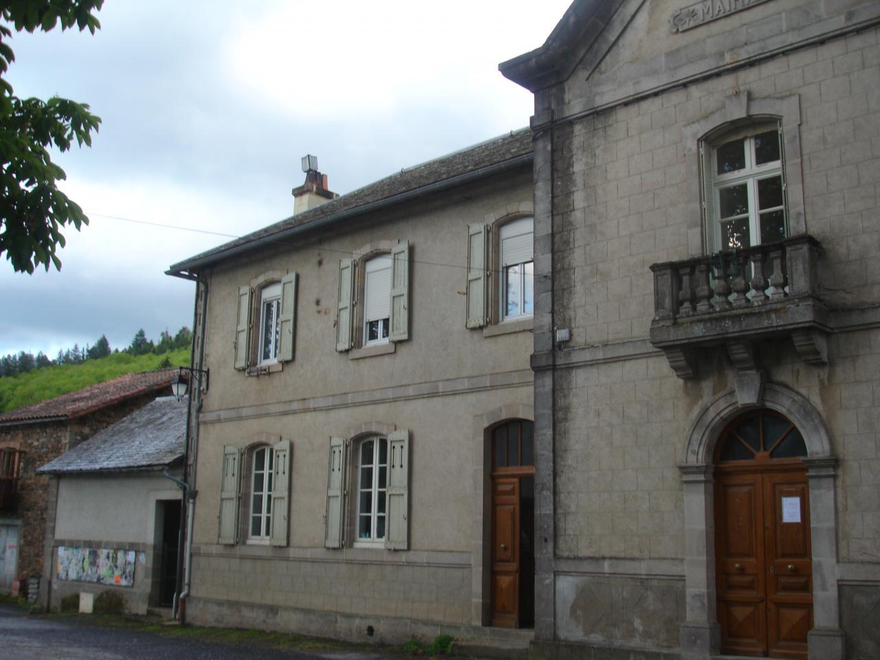 La mairie et l'école des petits à FAYET