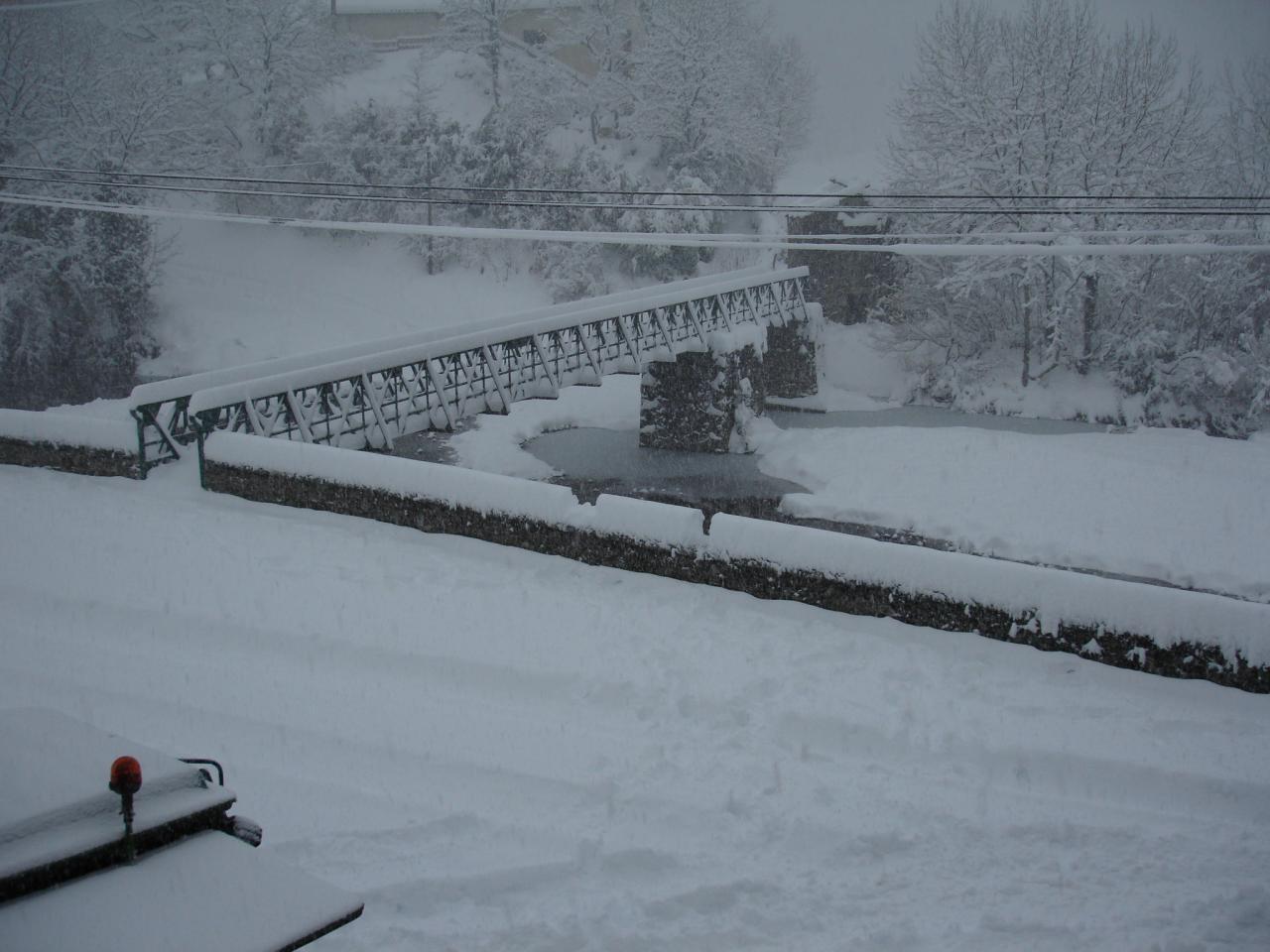 La passerelle sous la neige à LAROQUE