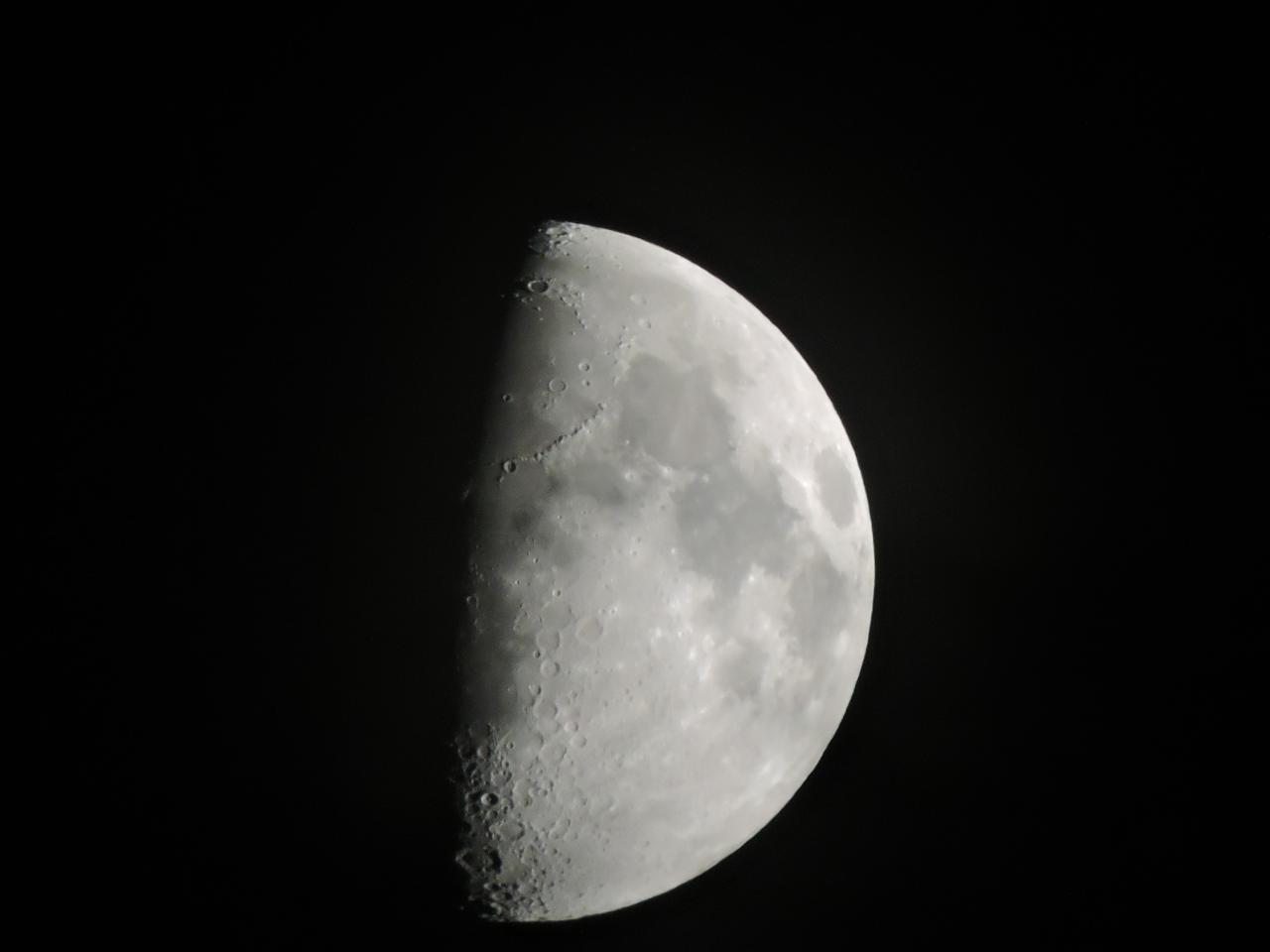Gros plan de la lune au dessus de LAROQUE