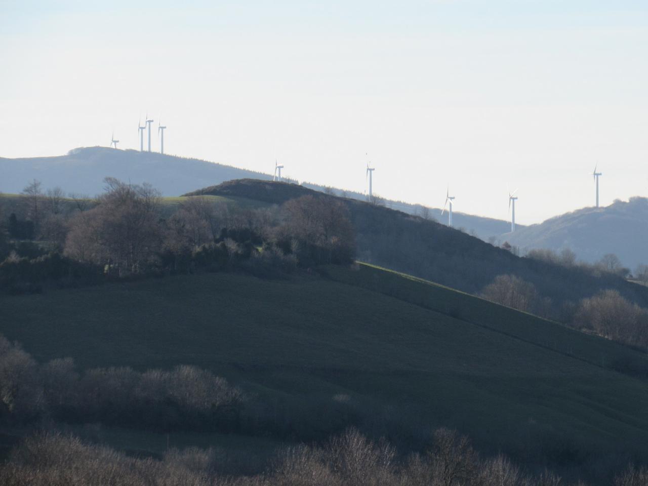 Les éoliennes du MERDELOUP vu du plateau de LACAN
