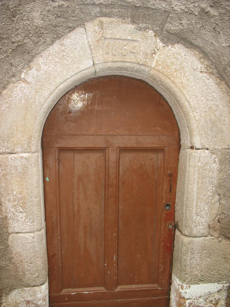 Porte datant de 1664 à LAROQUE