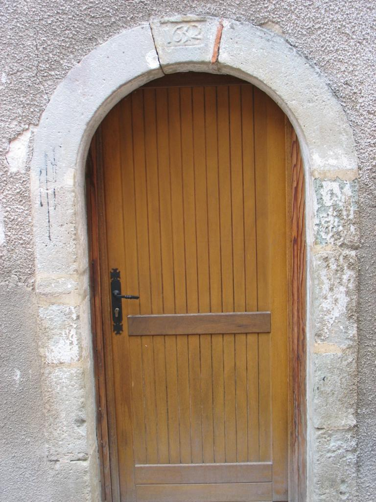 Porte datant de 1652 à LAROQUE