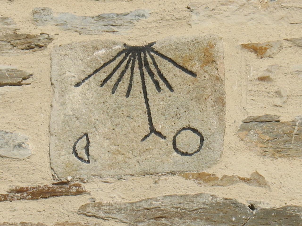 Une pendule lunaire sur le clocher de l'église de LAROQUE