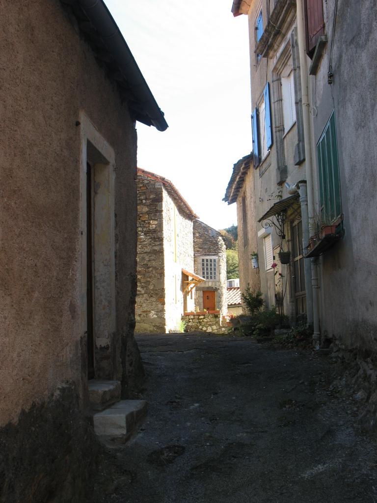 Dans le village de LAROQUE