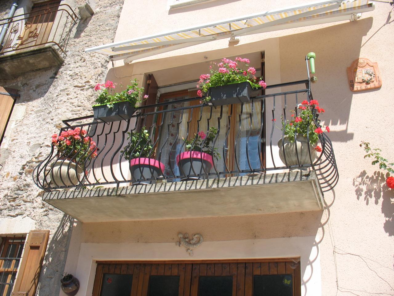 Balcon fleuri à LAROQUE
