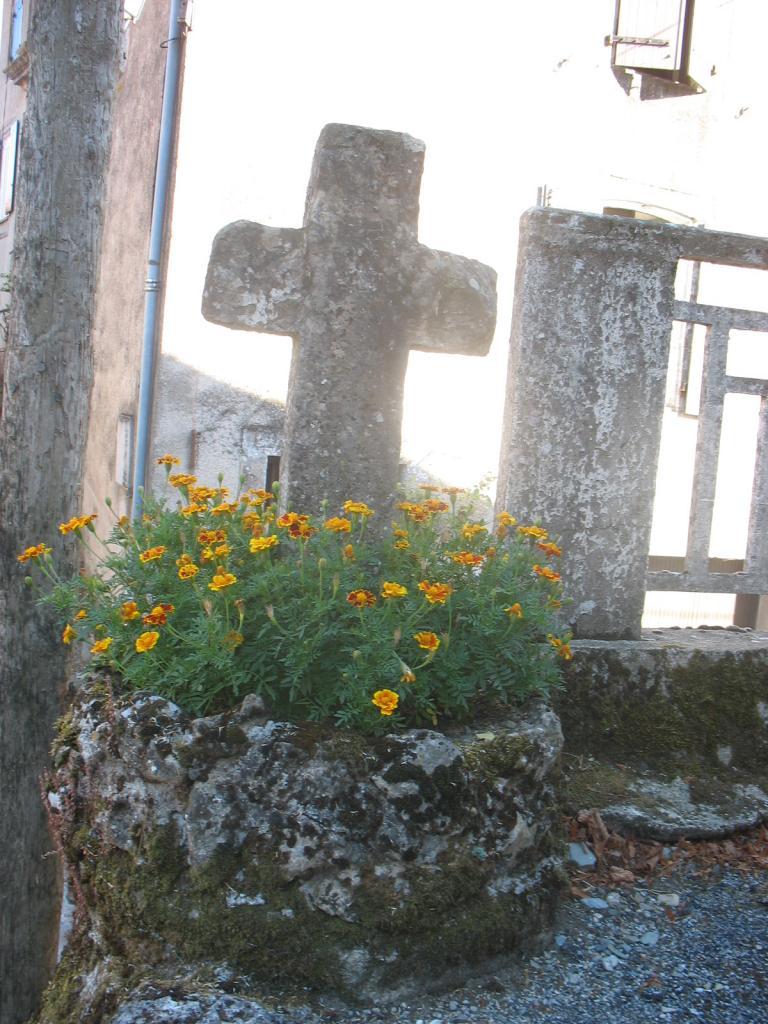 Croix en pierre de taille à LAROQUE