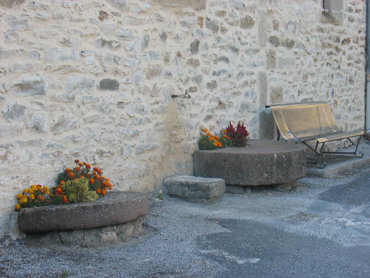 Fleurissement sur le côté de l'église de LAROQUE