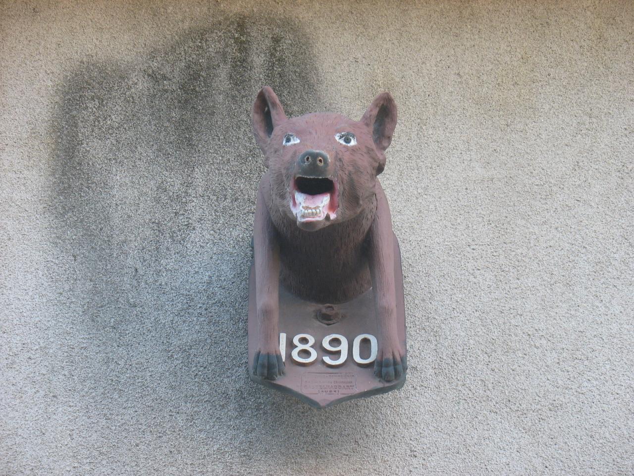 Un loup sur une façade de LAROQUE