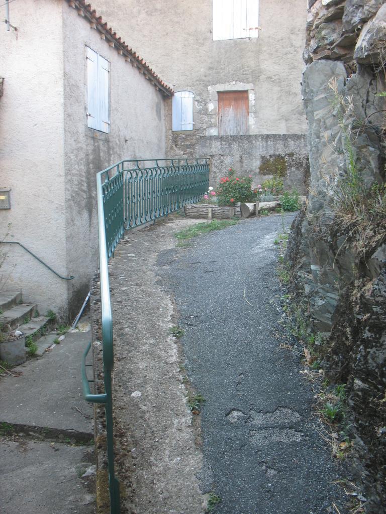 Une petite rue dans LAROQUE