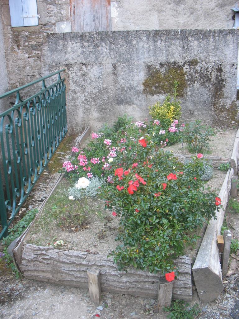 Un massif fleuri à LAROQUE