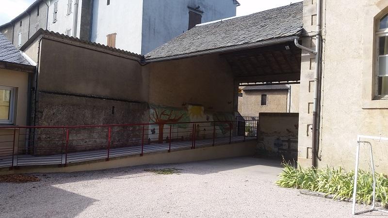 La grande cour de récréation de l'école de FAYET
