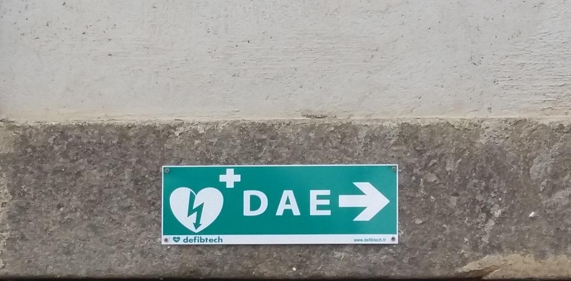 Panneau indiquant la direction du défibrillateur à FAYET