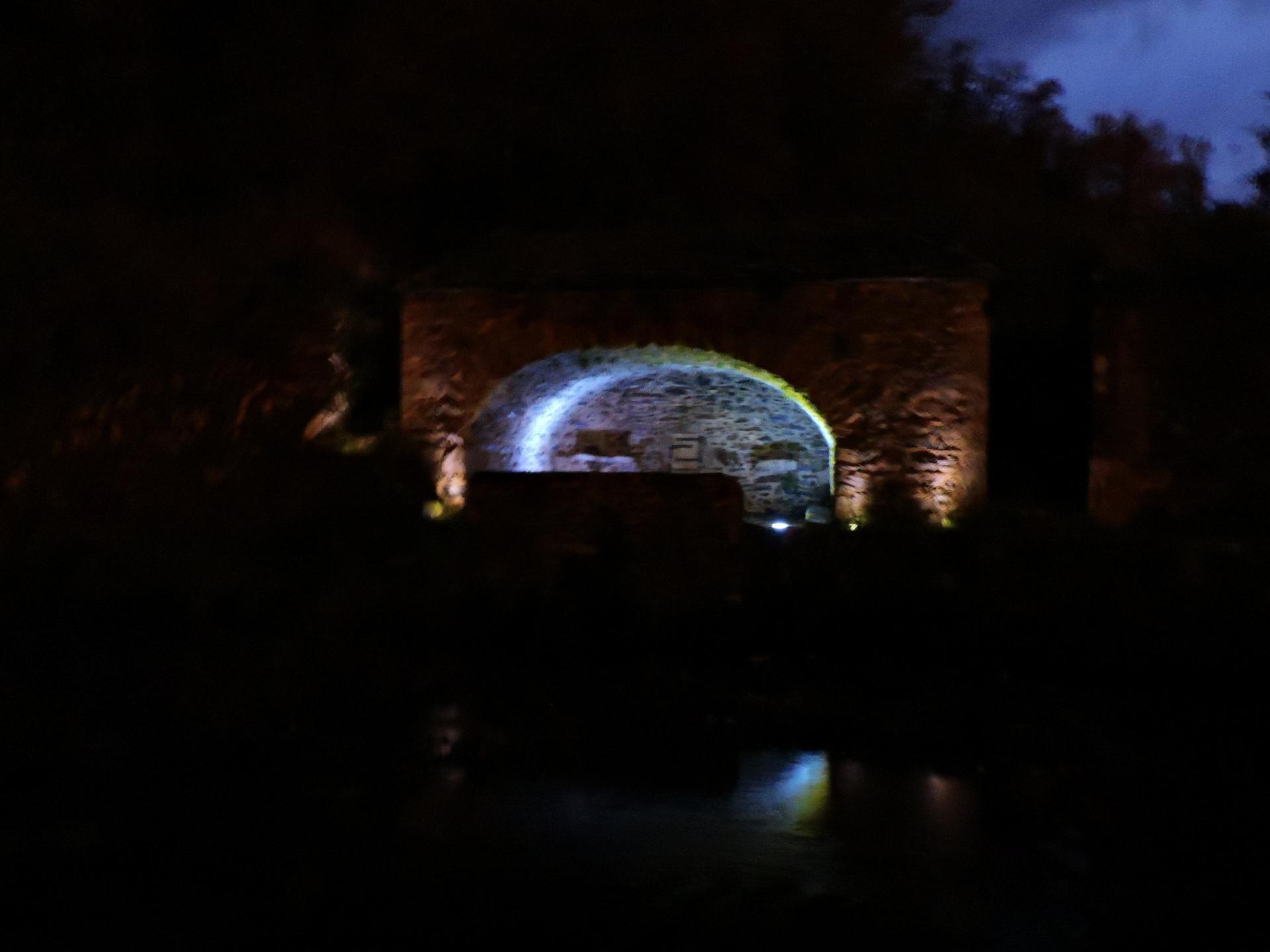 La fontaine lavoir de LAROQUE la nuit