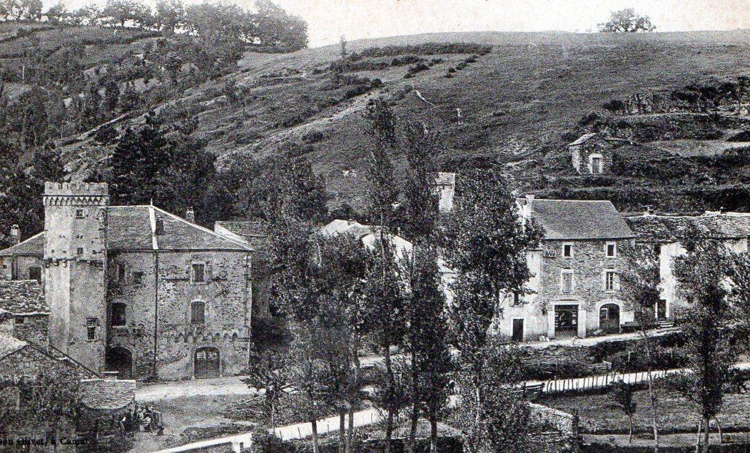Vue générale du château de LAROQUE (année 20)